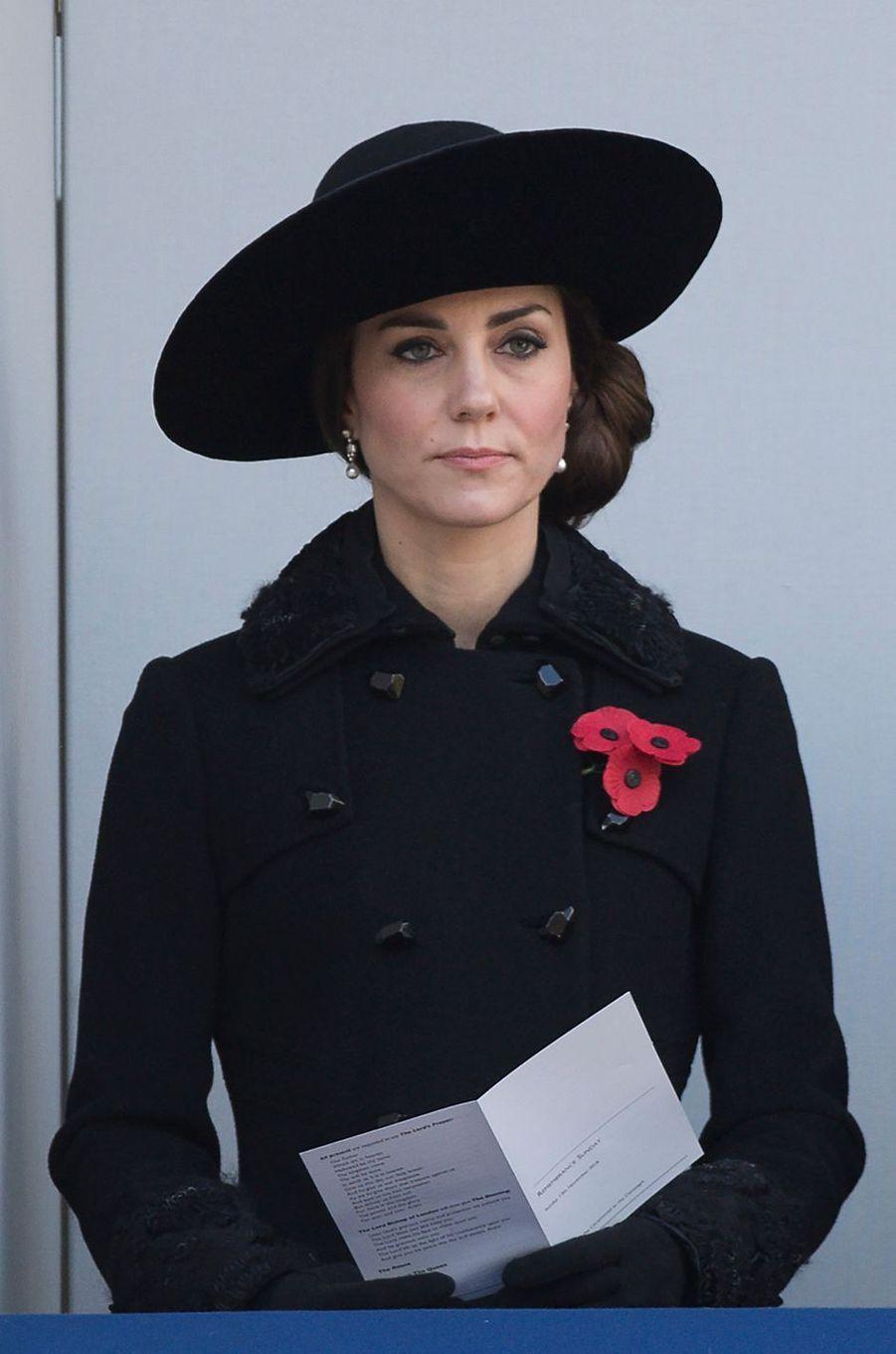 La duchesse de Cambridge, née Kate Middleton, a assisté ce dimanche à Londres, avec la reine Elizabeth II et la famille royale britannique, à la cérémonie du souvenir du 13 novembre en hommage aux soldats morts à la guerre.