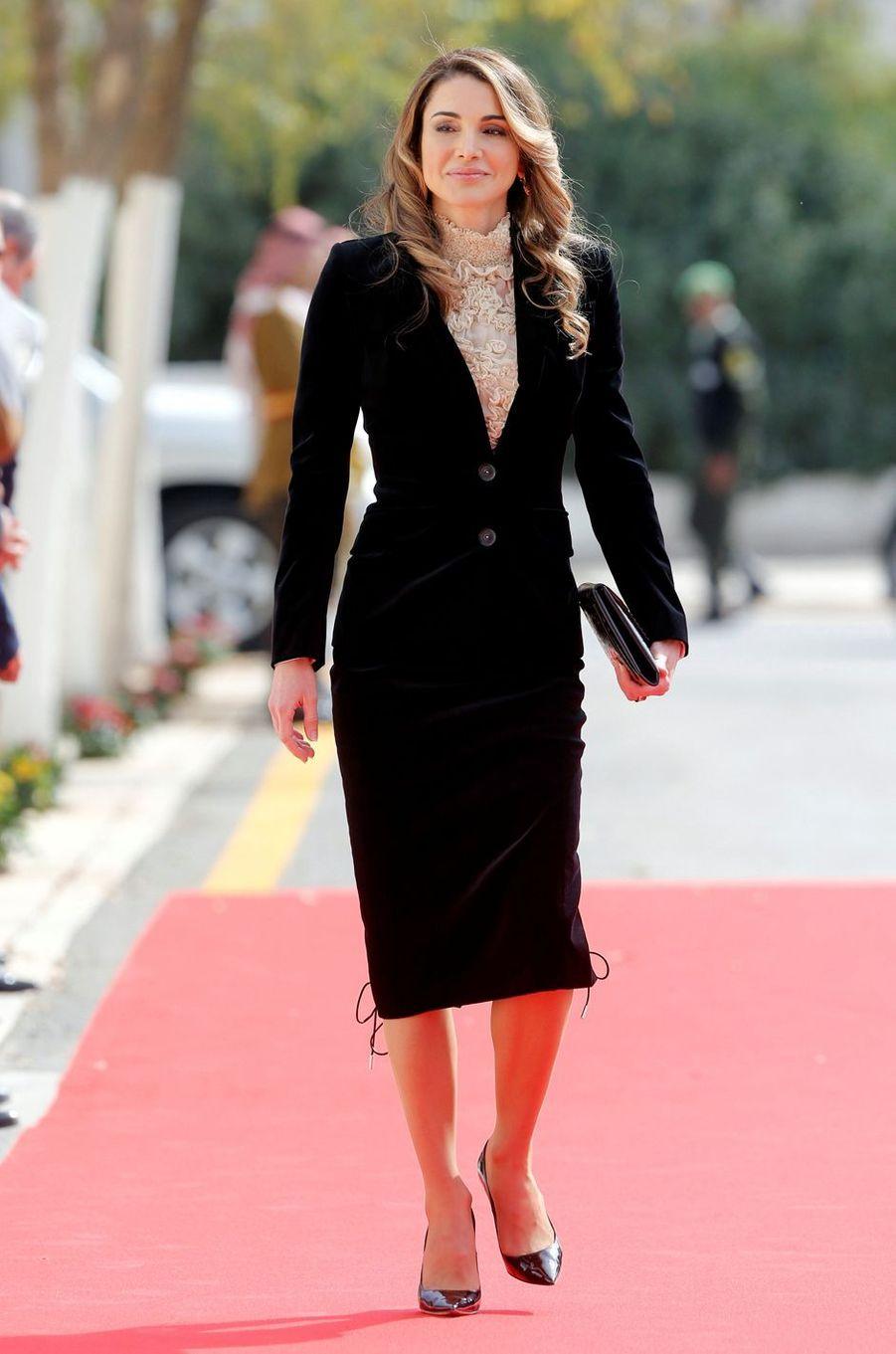 Robe blanche pour recevoir le couple présidentiel polonais ce dimanche 6, tailleur noir lacé pour la rentrée du Parlement ce lundi 7, la reine Rania de Jordanie était, comme de coutume, fort stylée en ce début novembre.