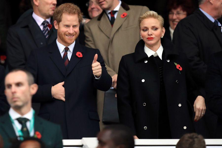 Le prince Harry était ce samedi 12 novembre dans les tribunes du stade de Twickenham à Londres. Et surprise! A ses côtés, se trouvait la princesse Charlène de Monaco.