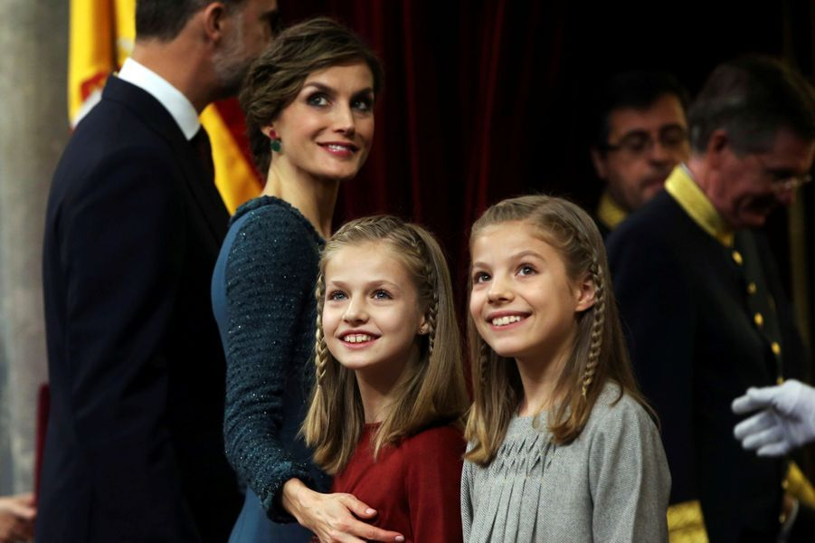 Les princesses Leonor et Sofia n'étaient pas à l'école ce jeudi 17 novembre. Mais au Parlement espagnol avec leurs parents, le roi Felipe VI et la reine Letizia d'Espagne.