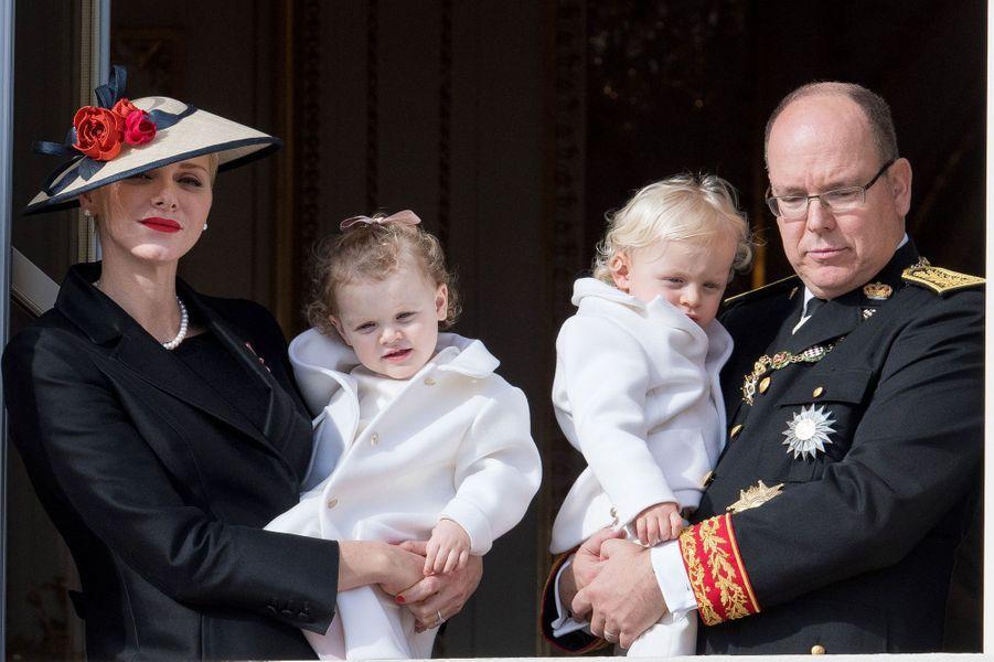 La nouvelle génération a fait une offensive de charme, samedi 19 novembre, lors de la fête nationale de Monaco. Au balcon du palais princier,le prince héréditaire Jacques et la princesse Gabriella ont joué les stars dans les bras de leurs parents.