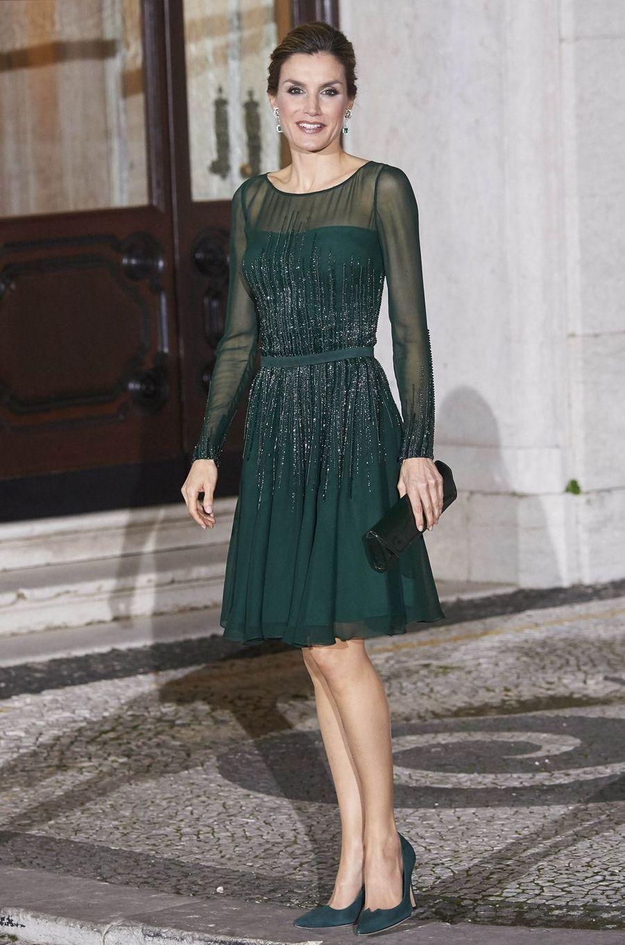 La plus glamour - Ambassadrice de charme de son pays aux côtés de son royal époux, la reine Letizia d'Espagne rayonnait ce mardi 29 novembre à Porto puis à Lisbonne.