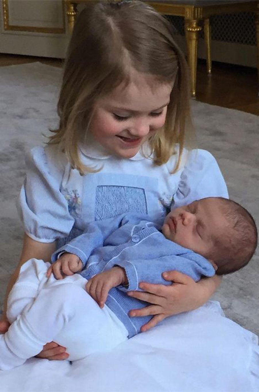 La Maison royale de Suède a publié ce jeudi 24 mars un adorable cliché de la princesse Estelle avec son petit frère le prince Oscar, les enfants de la princesse Victoria.Chaque dimanche, le Royal Blog de Paris Match vous propose de voir ou revoir les plus belles photographies de la semaine royale.