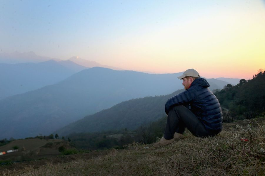 Poursuivant son séjour au Népal, le prince Harry a passé la nuit du lundi 21 au mardi 22 mars chez une villageoise, la veuve âgée de 88 ans d'un Gurkha ayant combattu durant la Seconde Guerre mondiale. Au matin il avait pu assister au spectacle unique du lever du soleil sur le toit du monde. Chaque dimanche, le Royal Blog de Paris Match vous propose de voir ou revoir les plus belles photographies de la semaine royale.