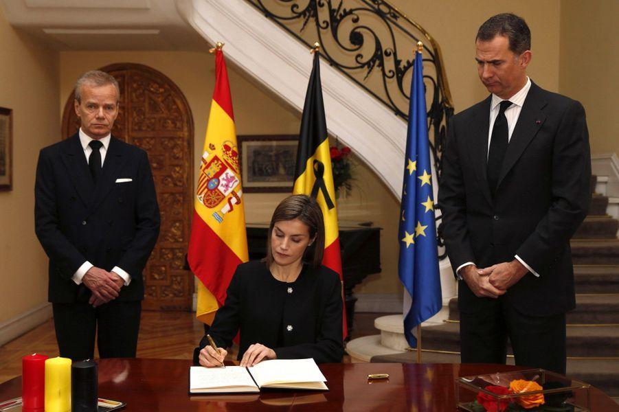 Suite aux attentats du 22 mars à Bruxelles, le roi Felipe VI et la reine Letizia d'Espagne sont allés ce mercredi 23 mars à l'ambassade de Belgique à Madrid pour rendre hommage aux victimes.Chaque dimanche, le Royal Blog de Paris Match vous propose de voir ou revoir les plus belles photographies de la semaine royale.