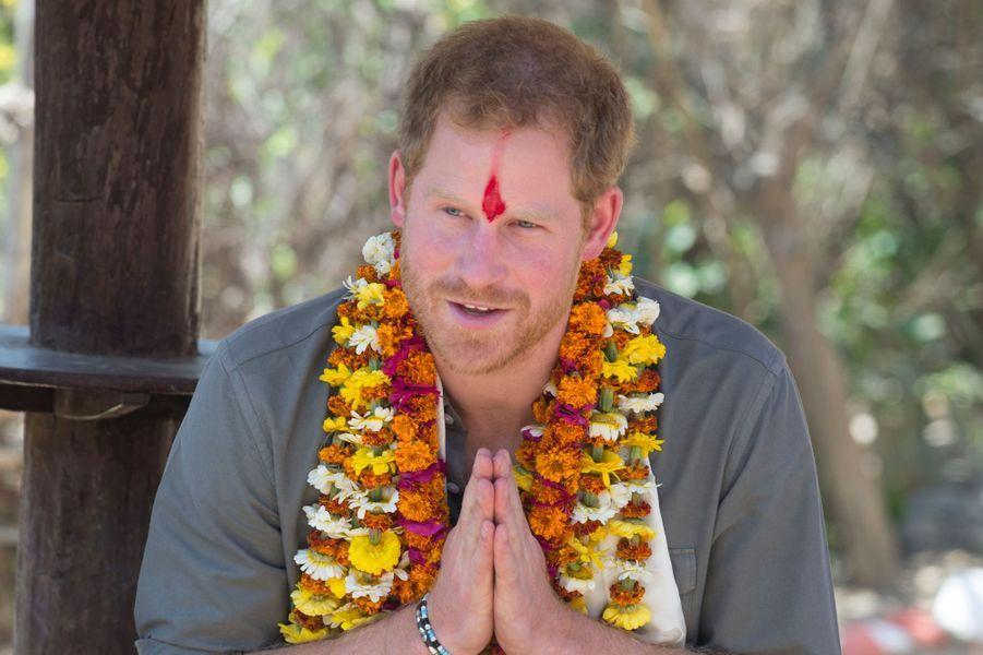 Poursuivant son séjour au Népal, le prince Harry s'est soumis ces lundi 21 et mardi 22 mars aux traditions bouddhistes avant de revêtir son uniforme.Chaque dimanche, le Royal Blog de Paris Match vous propose de voir ou revoir les plus belles photographies de la semaine royale.