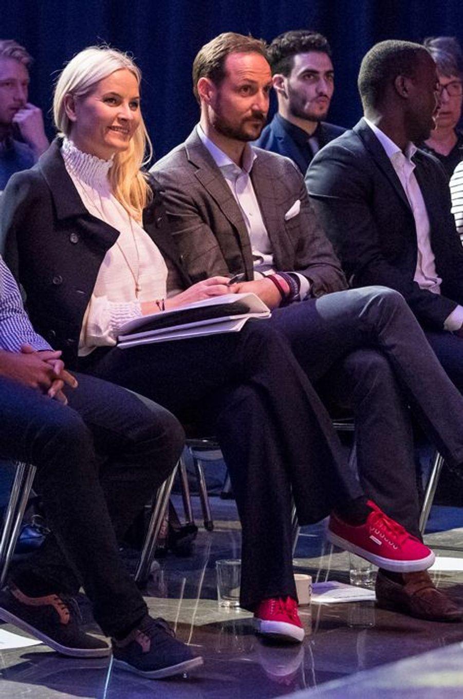 Plutôt que d'élégants escarpins à talons, la princesse Mette-Marit de Norvège a dégainé ce jeudi 31 mars au soir des baskets rouges pour se rendre avec son époux le prince Haakon à une conférence en lien avec la jeunesse.Chaque dimanche, le Royal Blog de Paris Match vous propose de voir ou revoir les plus belles photographies de la semaine royale.