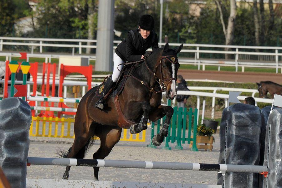 Comme la semaine précédente, Charlotte Casiraghi, la fille de Caroline de Monaco, a vécu pleinement ce jeudi 31 mars sa passion de l'équitation à Cagnes-sur-Mer en chevauchant au GPA Jump Festival.Chaque dimanche, le Royal Blog de Paris Match vous propose de voir ou revoir les plus belles photographies de la semaine royale.