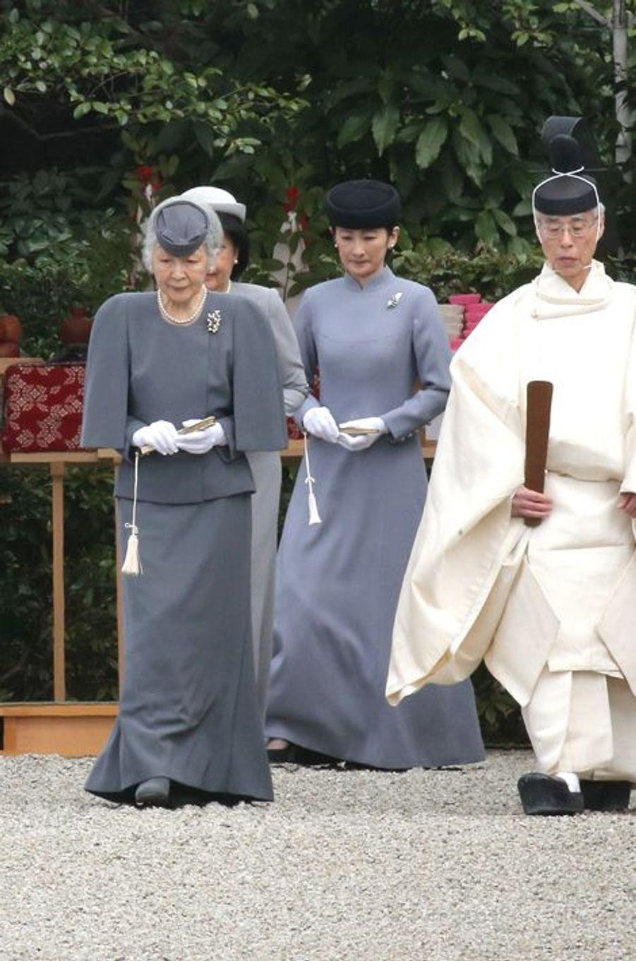 Ce dimanche 3 avril, l'empereur Akihito, accompagné de l'impératrice Michiko, du prince Akishino et de la princesse Kiko, a rendu hommage au premier empereur du Japon Jimmu, à l'occasion du 2600e anniversaire de sa mort.Chaque dimanche, le Royal Blog de Paris Match vous propose de voir ou revoir les plus belles photographies de la semaine royale.