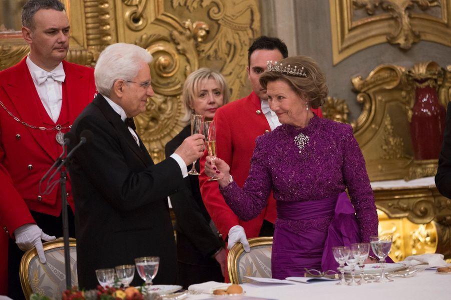En visite d'État en Italie avec son époux le roi Harald V de Norvège, la reine Sonja a arboré robe du soir et tiare en perles et diamants pour participer au dîner d'État donné par le président italien Sergio Mattarella dans son palais du Quirinal à Rome ce mercredi 6 avril.Chaque dimanche, le Royal Blog de Paris Match vous propose de voir ou revoir les plus belles photographies de la semaine royale.