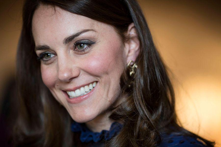 À quatre jours de son voyage en Inde et au Bhoutan, la duchesse de Cambridge, née Kate Middleton, s'était déjà mise à la mode indienne ce mercredi 6 avril, alors qu'avec son époux le prince William elle recevait dans sa résidence londonienne de Kensington Palace de jeunes Indiens et Bhoutanais qui vivent, étudient ou travaillent au Royaume-Uni, pour en savoir plus sur leurs lointaines contrées.Chaque dimanche, le Royal Blog de Paris Match vous propose de voir ou revoir les plus belles photographies de la semaine royale.