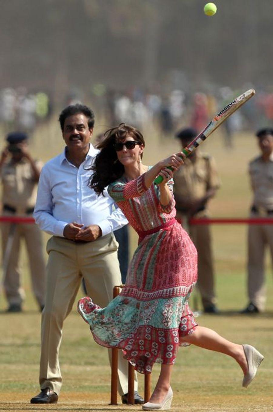La duchesse de Cambridge, née Kate Middleton, accompagnée de son époux le prince William, a joué ce dimanche 10 avril un match de cricket, avec des enfants des bidonvilles de Bombay.Chaque dimanche, le Royal Blog de Paris Match vous propose de voir ou revoir les plus belles photographies de la semaine royale.
