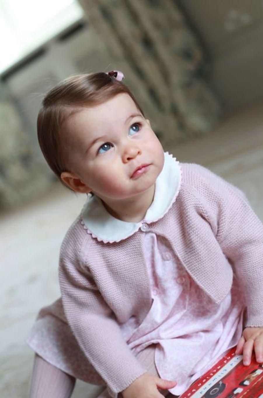 À la veille de son premier anniversaire, la princesse Charlotte pose pour des photos prises par sa mère Kate, la duchesse de Cambridge, sur quatre clichés révélés ce dimanche 1er mai.Chaque dimanche, le Royal Blog de Paris Match vous propose de voir ou revoir les plus belles photographies de la semaine royale.