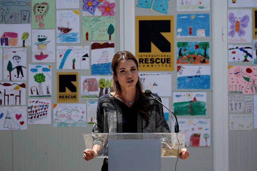 À peine plus d'une semaine après le pape François, la reine Rania de Jordanie s'est rendue ce lundi 25 avril sur l'île de Lesbos pour visiter le camp de réfugiés Kara Tepe.Chaque dimanche, le Royal Blog de Paris Match vous propose de voir ou revoir les plus belles photographies de la semaine royale.