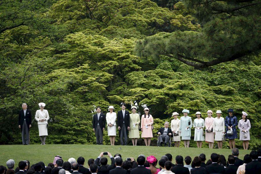 Le printemps est arrivé à Tokyo. Et comme chaque année, l'empereur Akihito du Japon et sa famille l'ont fêté, ce mercredi 27 avril, par une garden-party dans le Jardin impérial d'Akasaka.Chaque dimanche, le Royal Blog de Paris Match vous propose de voir ou revoir les plus belles photographies de la semaine royale.
