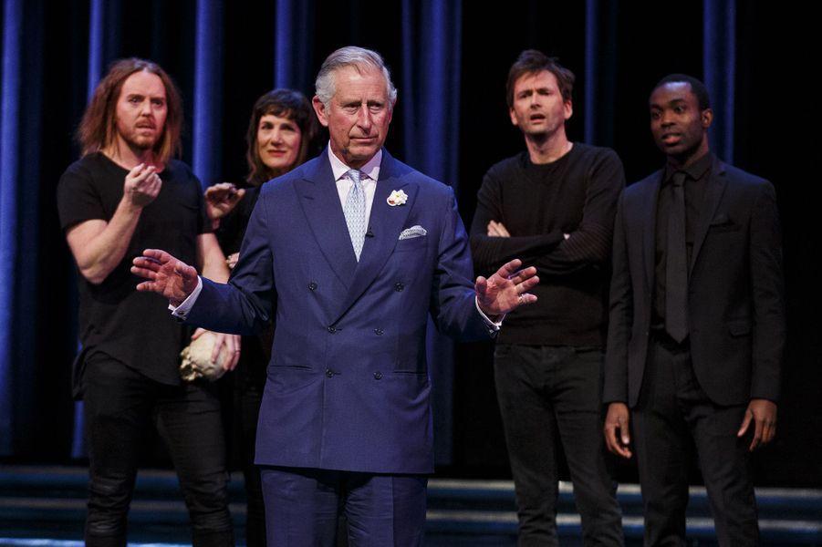 Le prince Charles, héritier du trône britannique, qui assistait à la pièce «Shakespeare live!» ce samedi 23 avril, a enjambé l'estrade lors d'une scène consacrée à la célébrissime tirade «Être ou ne pas être» qu'il a lui-même prononcée, pour célébrer les 400 ans de la mort du dramaturge.Chaque dimanche, le Royal Blog de Paris Match vous propose de voir ou revoir les plus belles photographies de la semaine royale.