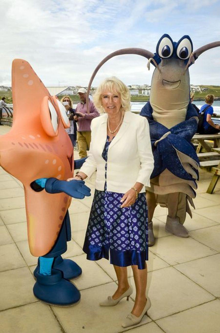 """Camilla, la Duchesse de Cornwall, se mobilise pour l'environnement et pose avec """"Sally l'étoile de mer"""" et """"Larry le homard"""" pour sensibiliser les..."""