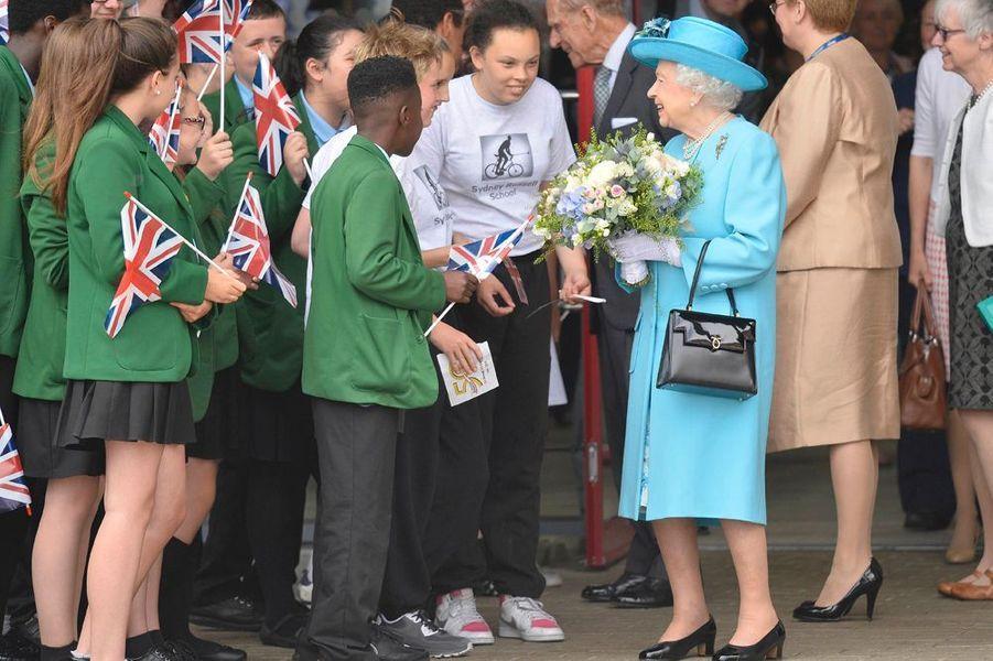 La reine Elizabeth a discuté longuement avec les élèves du Sydney Russell School de Dagenham, à Londres