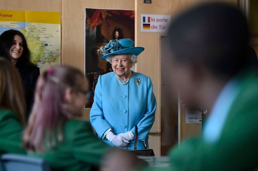La reine Elizabeth II visite le Sydney Russell School à Dagenham, dans l'est de Londres