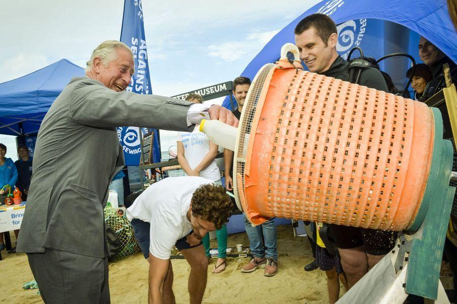 Le prince Charles souhaite inciter les Britanniques à recycler davantage, à Fistral Beach, 22 juillet 2015