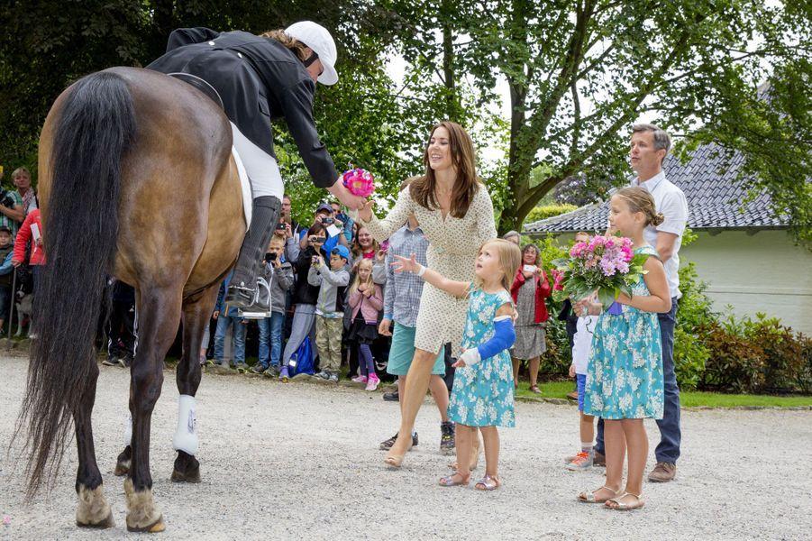 Le prince Frederik, la princesse Mary et leurs enfants à une parade de chevaux à Grasten, Danemark, le 19 juillet 2015