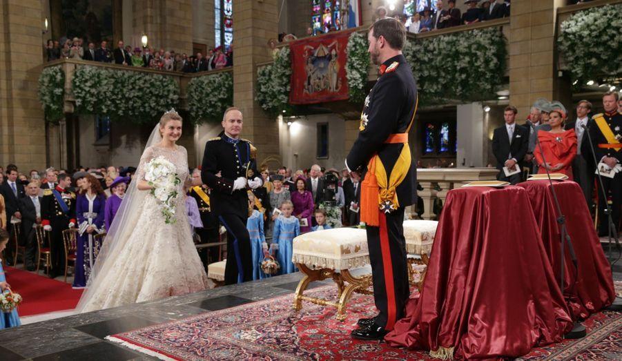 Stéphanie arrive à l'autel