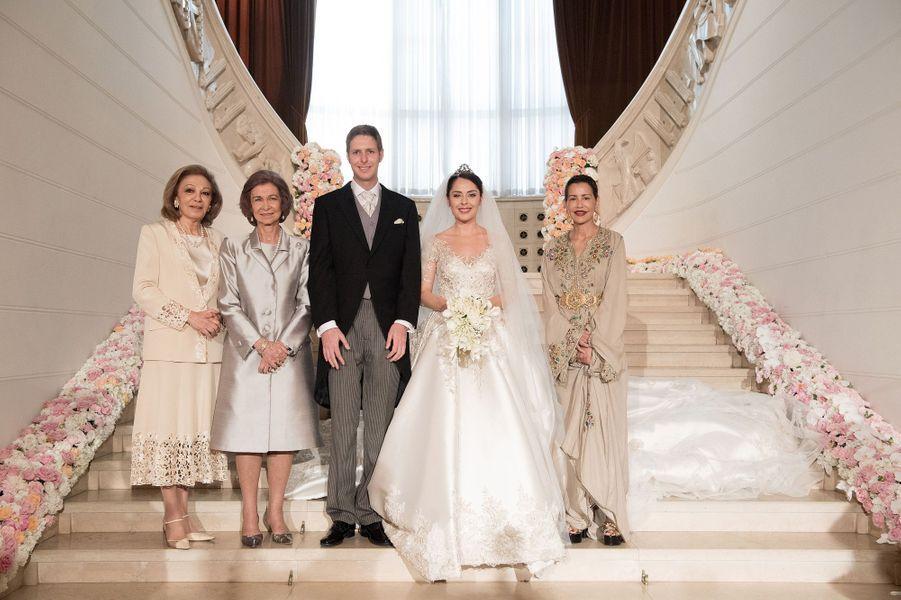 L'impératrice Farah Diba, la reine Sofia d'Espagne et la princesse Lalla Meryem du Maroc entourent le couple.