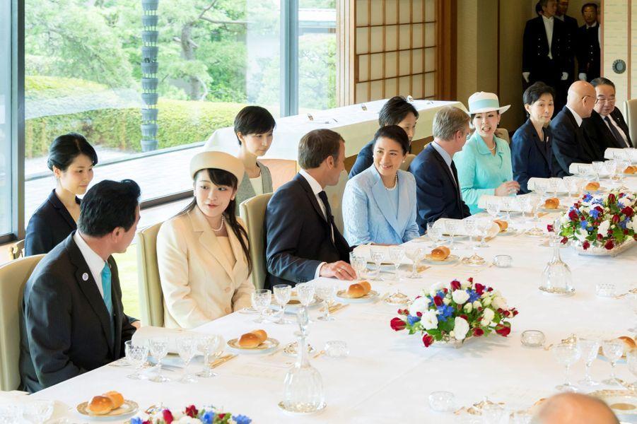 Emmanuel Macron encadré par l'impératrice Masako et la princesse Mako du Japon à Tokyo, le 27 juin 2019