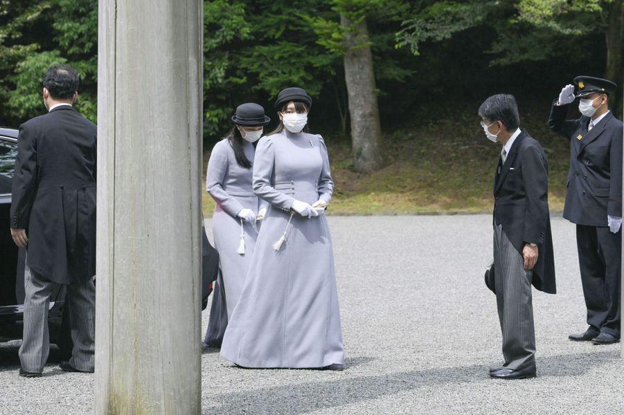 Les princesses Kako et Mako du Japon au cimetière impérial Musashi à Hachioji, le 16 juin 2020