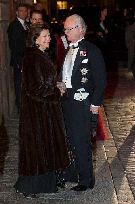 La reine Sonja et le roi Carl XVI Gustaf de Suède à l'Académie suédoise à Stockholm, le 20 décembre 2014