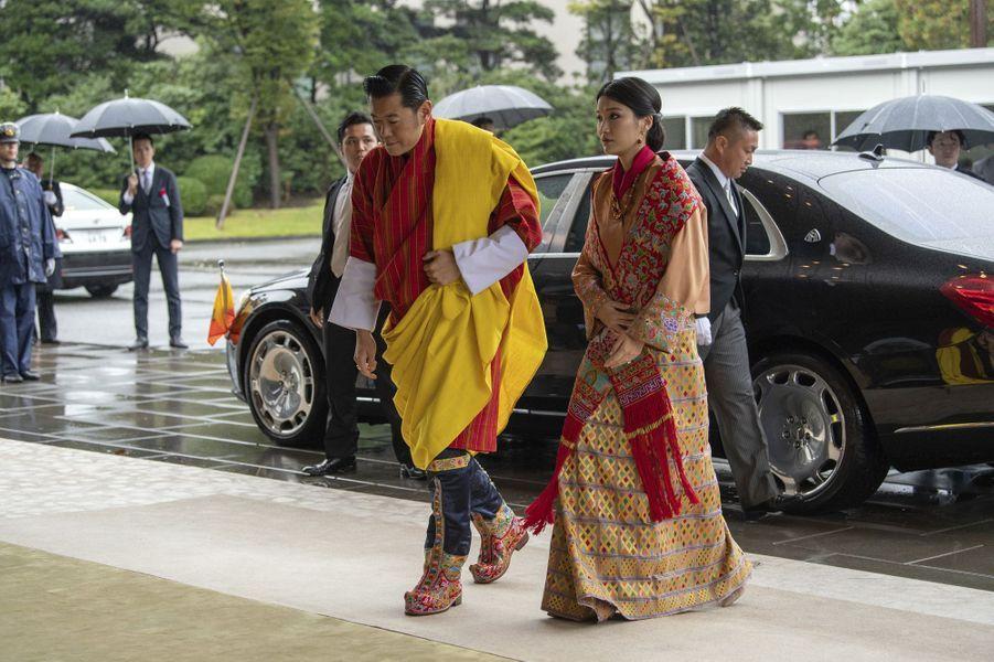 Le roi du Bhoutan Jigme Khesar Namgyel Wangchuck et son épouse la reine Jestsun Pema à Tokyo, le 22 octobre 2019