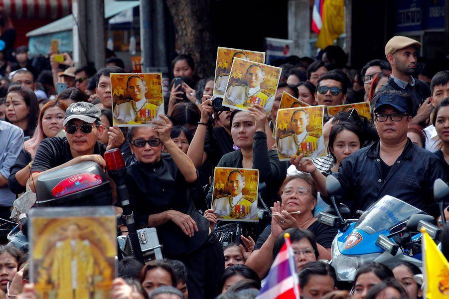 Les Thaïlandais tous en noir pour pleurer leur roi défunt