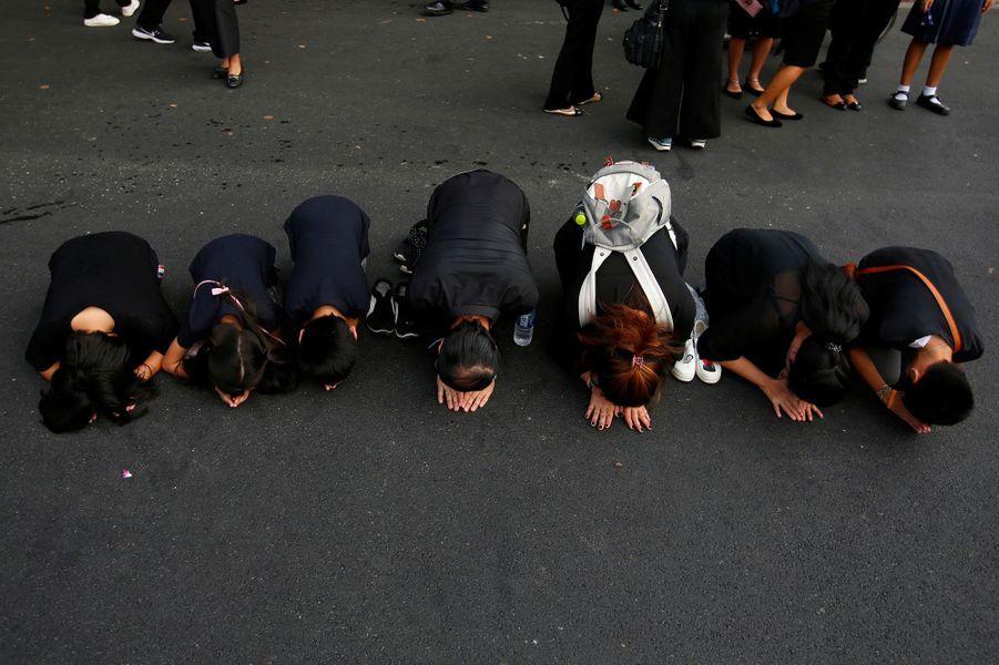 Des milliers de Thaïlandais ont assisté au convoi funéraire de leur roi