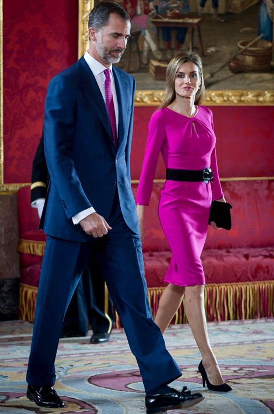 Felipe VI d'Espagne et Letizia reçoivent le président de la République du Honduras et son épouse au Palais royal à Madrid le 1er octobre 2014