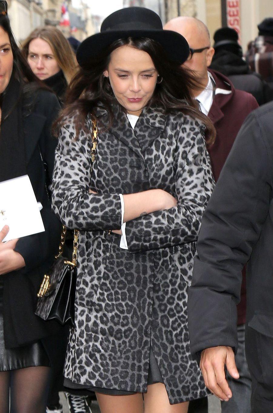 Pauline Ducruet dans un manteau panthère noir et gris, le 27 février 2018