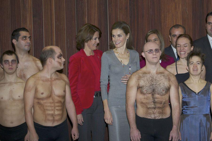 Le sourire aux lèvres, Letizia prend la pose avec les malades que les bénévoles aident chaque jour.
