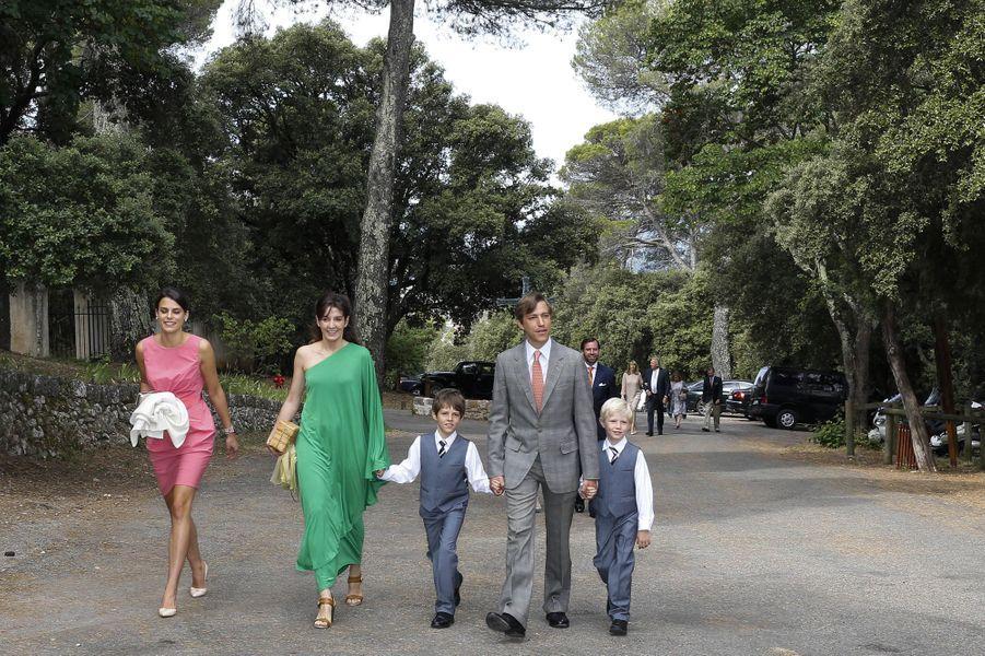 Le prince Louis de Luxembourg, son épouse la princesse Tessy de Luxembourg, de Nassau et de Bourbon Parme, avec leurs enfants Gabriel et Noah