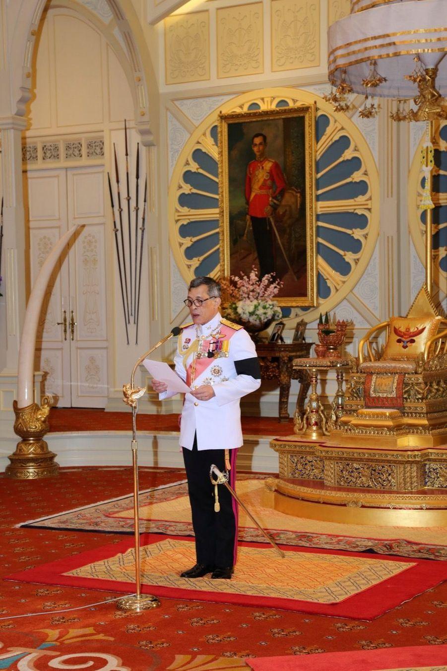 Maha Vajiralongkorn Officiellement Proclamé Roi De Thaïlande 11