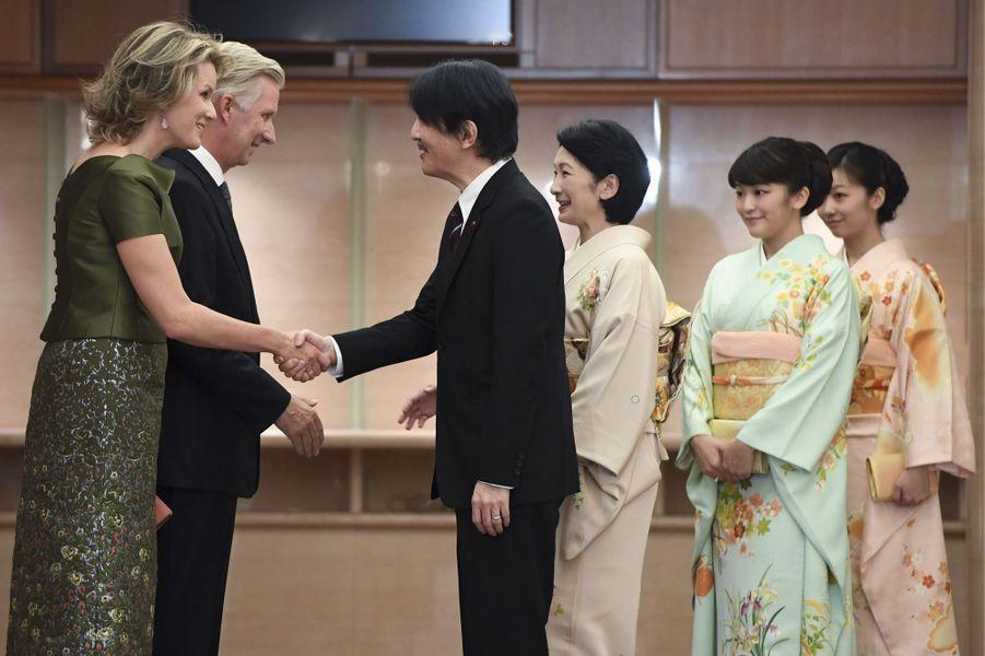 La reine Mathilde et le roi Philippe de Belgique avec le prince Fumihito d'Akishino, la princesse Kiko et leurs filles à Tokyo, le 13 octobre 2016