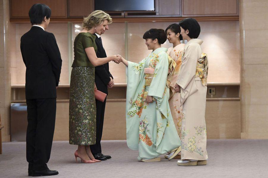 Les princesses Mako, Kako et Kiko du Japon avec la reine Mathilde et le roi Philippe de Belgique à Tokyo, le 13 octobre 2016