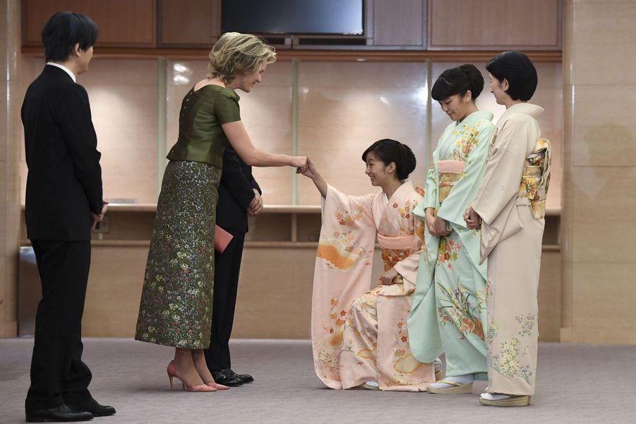 Les princesses Kako, Mako et Kiko du Japon avec la reine Mathilde et le roi Philippe de Belgique à Tokyo, le 13 octobre 2016