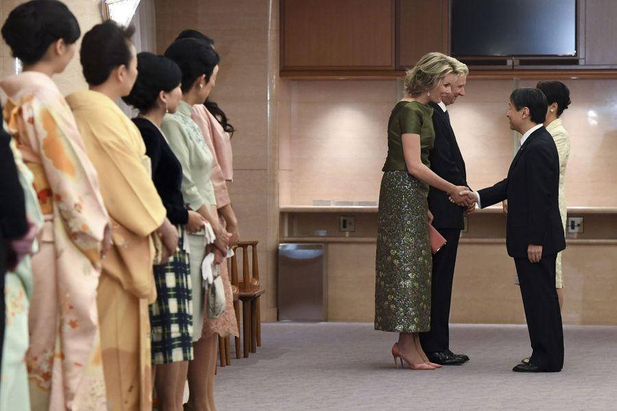 La reine Mathilde et le roi Philippe de Belgique avec la princesse Masako et le prince Naruhito du Japon, devant la famille impériale à Tokyo, le 13 octobre 2016