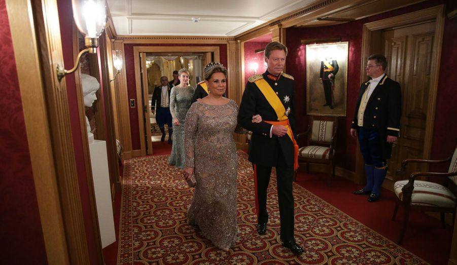 Le couple Grand Ducal, suivi des jeunes mariés