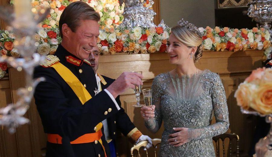 Les têtes couronnées du monde entier étaient conviés à venir célébrer les jeunes mariés du Luxembourg au Palais Grand-Ducal ce vendredi soir. A la veille de la cérémonie religieuse, rois et reines, princes et princesses étaient resplendissants pour venir diner en compagnie de Stéphanie et Guillaume.