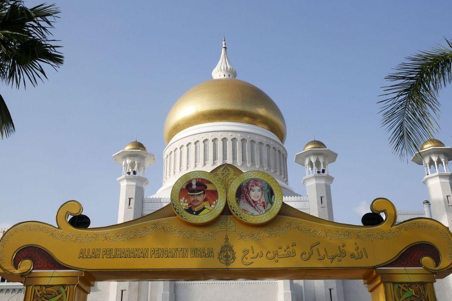 La mosquée de Sultan Omar Ali Saifuddien ornée des portraits en médaillons des fiancés à Bandar Seri Begawan, le 11 avril