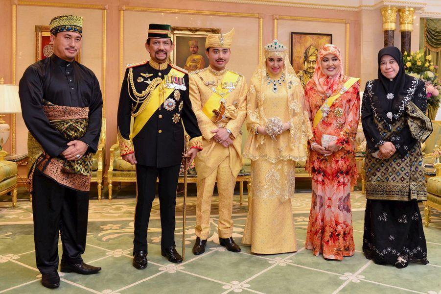 Les jeunes mariés avec le sultan Hassanal Bolkiah (2e à gauche) et la reine Saleha (2e à droite) au Sultanat de Brunei, le 12 avril 2015