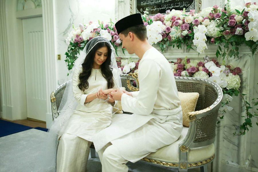 La princesse Tunku Tun Aminah Sultan Ibrahim et Dennis Muhammad Abdullah, le jour de leur mariage, le 14 août 2017 à Johor Bahru