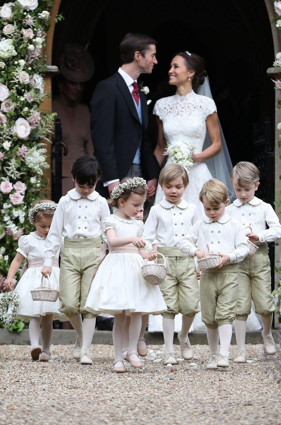 Pippa Middleton et James Matthews, le jour de leur mariage, le 20 mai 2017 à Englefield, avec le prince George et la princesse Charlotte de Cambridge