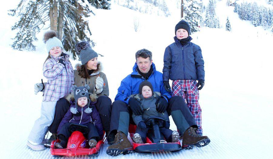 Le prince héritier du Danemark, son épouse et leurs enfants sont actuellement en vacances au ski en Suisse. L'occasion d'une séance photo en famille Mary et Frederik, et leur petit prince Christian, et leur petites princesses Isabella et Josephine.