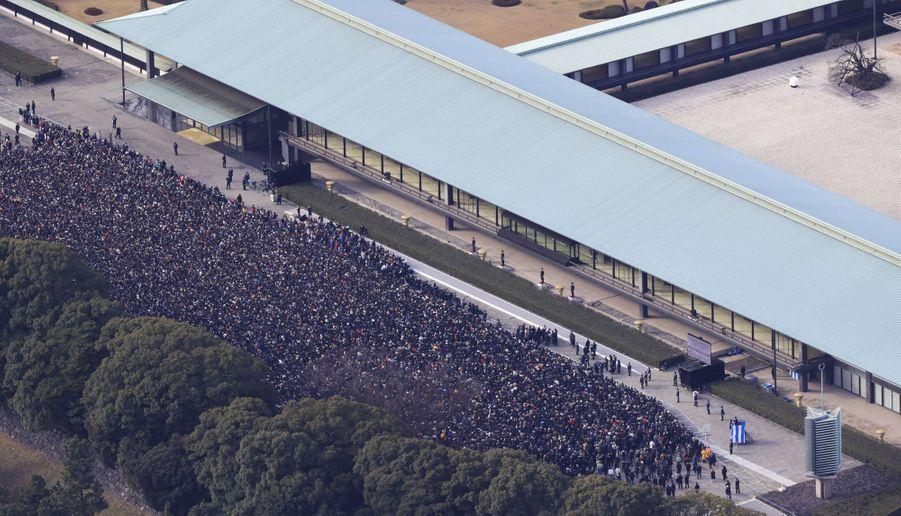 La foule rassemblée devant le Palais impérial à Tokyo, le 2 janvier 2019